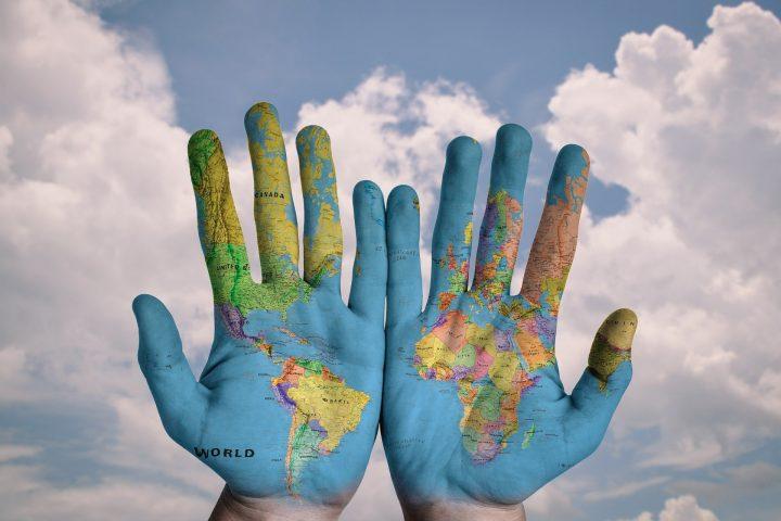 hands 600497 1920 720x480 - Verantwoord op reis met ecologische koffers